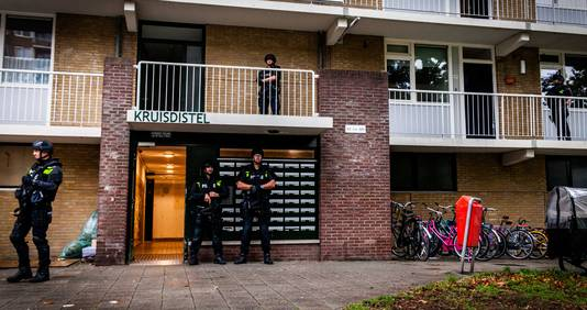 Met veel agenten en automatische vuurwapens viel de politei binnen