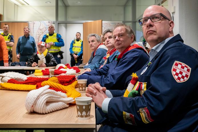 Burgemeester Jack Mikkers (rechts) met naast hem wethouder Jan Hoskam, prins Amadeiro XXVI en zijn adjudant in het 'zenuwcentrum' van Oeteldonk.