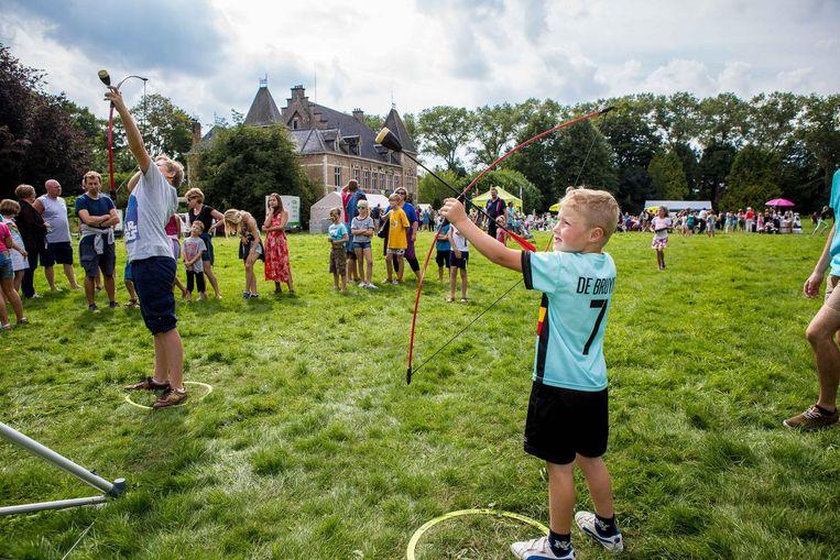 Deze kleine Kevin De Bruyne houdt van meer dan alleen maar voetbal. Aan kasteel Le Bon Séjour kan hij ook met de handboog overweg.
