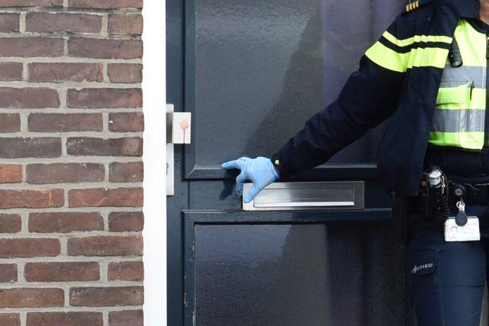 Bloed aan de voordeur in de Celebesstraat, waar het steekincident was.