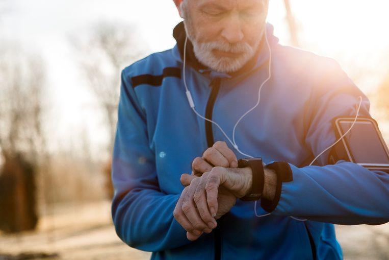 """Beeld ter illustratie: """"Mensen vrezen voor hartklachten omdat hun hartslagmeter vreemde sprongen of extreme waarden weergeeft. Doorgaans ligt dat aan de tracker, niet aan het hart"""", aldus sportarts Ruben De Gendt."""