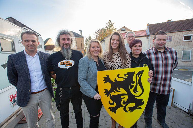 Voorlopige bestuursleden Eric Van Londersele, Sandy Van Schelvergem, Nymphe Hertveldt, Gina D'hoe en Tarek Lievens, samen met de Vlaamse volksvertegenwoordigers Jan Laeremans en Kristof Slagmulder.