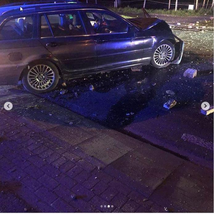 De bestuurder van de BMW heeft een behoorlijke ravage aangericht.