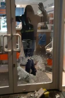 Inbreker oog in oog met agenten tijdens leegroven telefoonwinkel