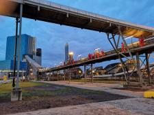 Actievoerders ketenen zich vast aan energiecentrale in Rotterdam