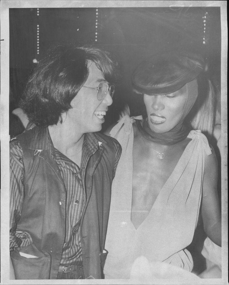 Kenzo Takada en Grace Jones in 1977 in de New Yorkse Studio 54. Beeld Getty