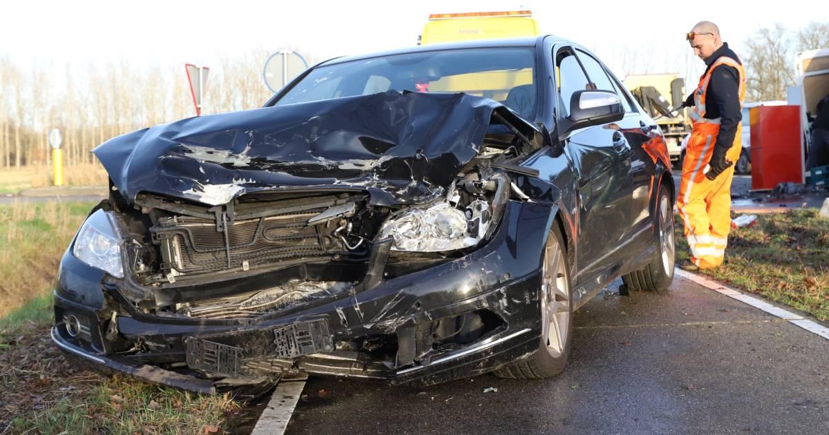 Automobilist gewond bij botsing op N618 bij Sint-Oedenrode, voertuigen zwaar beschadigd.