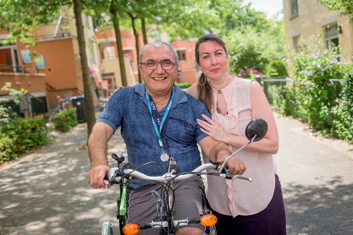 Aziz Koca - op zijn driewieler - en buurvrouw Lisa de Vries Sousa Aniceto.