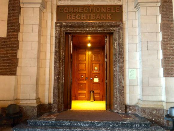 De correctionele rechtbank in Leuven. De beklaagde stuurde zijn kat.