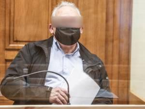"""ASSISEN LIVE. Wetsdokter weerlegt bewering van beschuldigde (74) dat dodelijke steek in hart van ex-para accidenteel is: """"Hij had zelfs kracht nodig om het mes terug te trekken"""""""