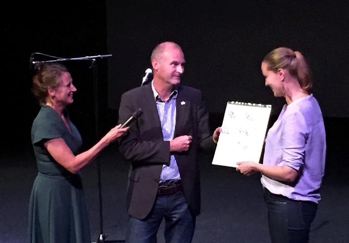 Josefien van Kooten (rechts) de prijswinnares, in het midden Nico van Os NHTV en links presentatrice Pien Rosmalen