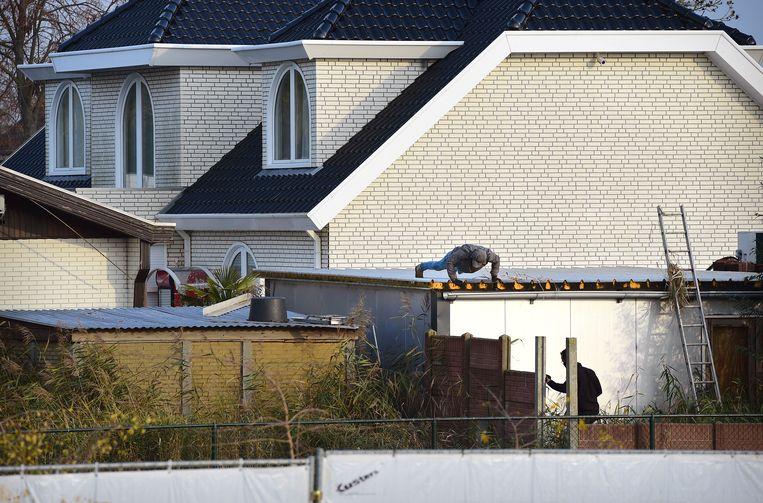 De politie doorzoekt het woonwagenkamp in Lith, gemeente Oss, in november 2019. De actie was deel van het onderzoek naar topcrimineel Martien R. Er werden onder meer acht handgranaten gevonden. Beeld Marcel van den Bergh / de Volkskrant