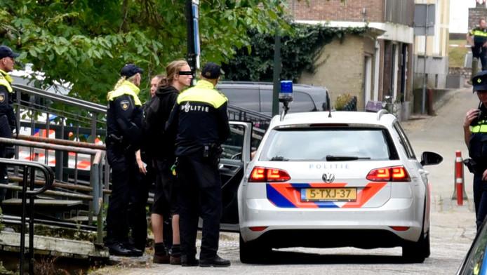 De arrestatie van een van de krakers tijdens een eerdere bezetting van het pand.