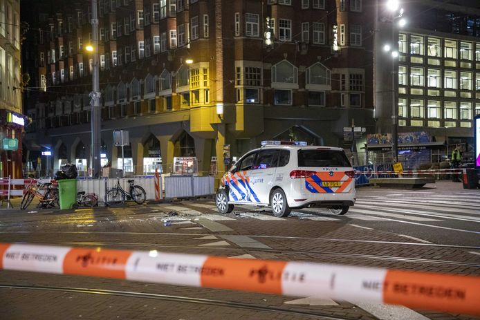 Het Muntplein is afgezet nadat een busje meermaals inreed op een bemande politieauto.