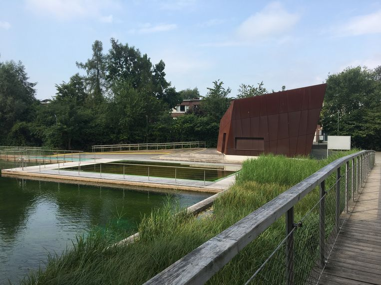 De zwemvijver in het Boekenbergpark in Deurne is een van de twee openluchtbaden die Antwerpen telt.