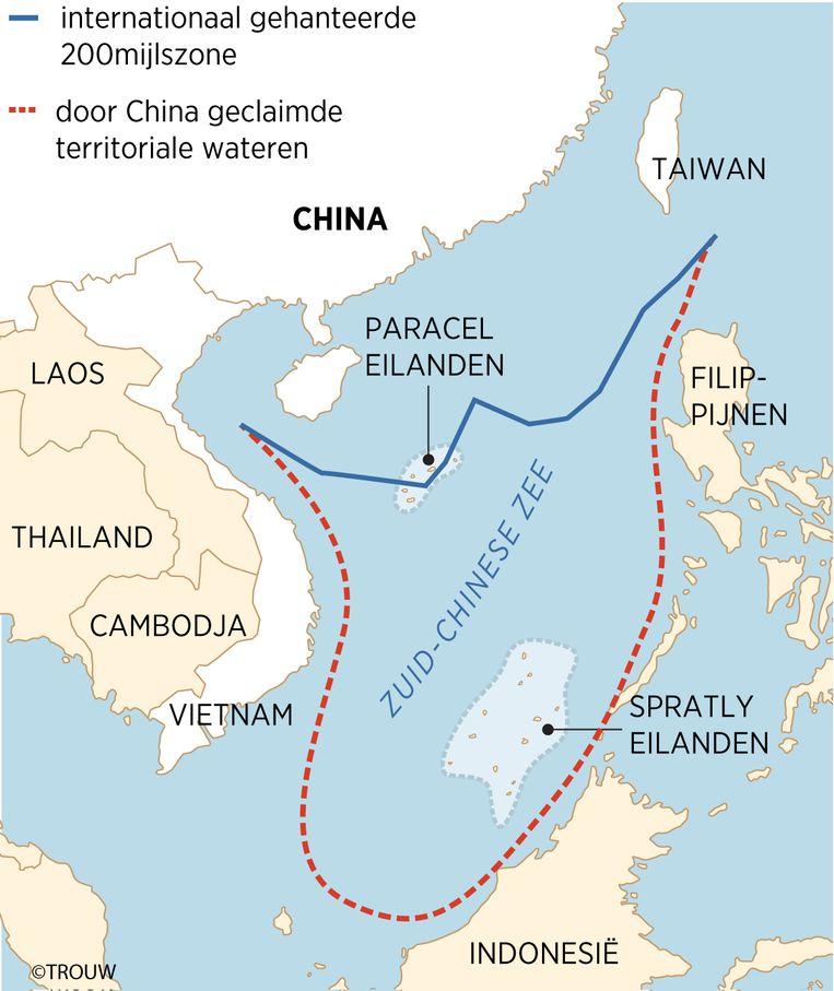 De internationaal gehanteerde 200-mijlszone, en door China geclaimde wateren in de Zuid-Chinese Zee. Beeld Trouw