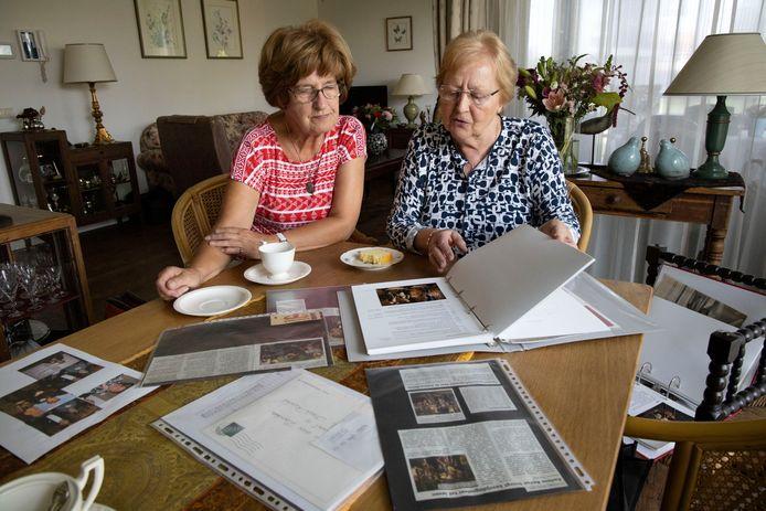 Riet van der Zanden (l) en Adri van Rooij bekijken samen knipsels over de Aarlese Revue uit vroeger jaren.