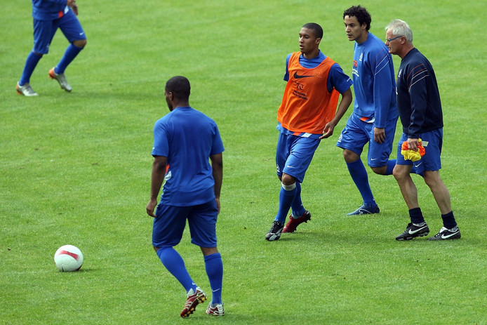 Foppe de Haan bij Jong Oranje met de Marokkaanse Nederlander Otman Bakkal (tweede van rechts).