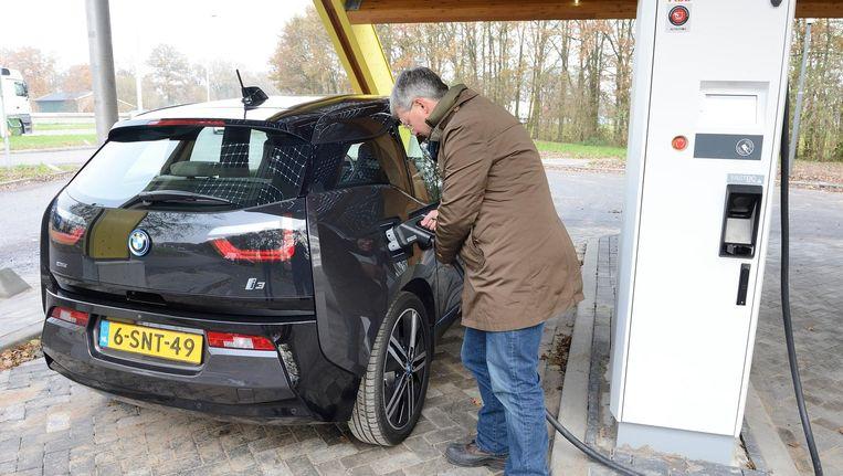 Kan Ik Mijn Auto Gewoon Aan Elk Stopcontact Hangen En Nog Drie Vragen Over De Elektrische Auto De Volkskrant
