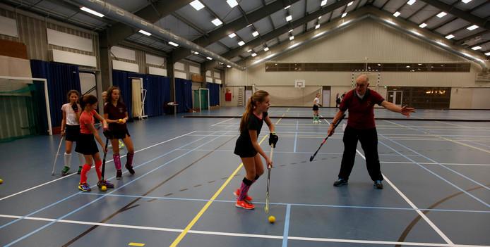 Training van de hockeymeisjes D1 Rapide Hulst in de Hontenissehal.