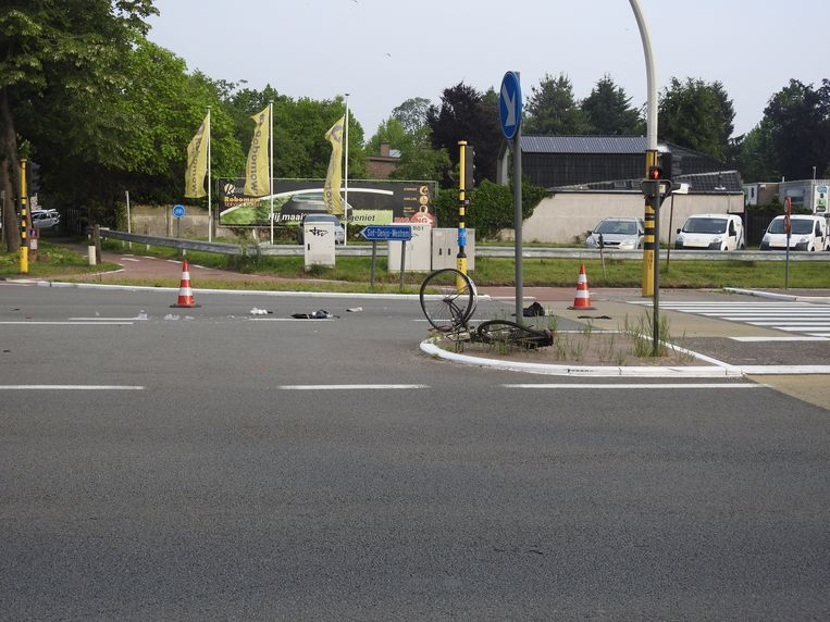 De zeventiger was bijna aan de overkant van de N60 in Zwijnaarde toen de auto hem met hoge snelheid opschepte. Zijn verhakkelde fiets belandde meters verder.