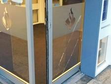 Scootmobieler slaat op de vlucht na rammen politiebureau