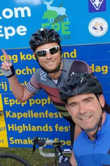 Ajax-top maakt belofte waar en fietst van Amsterdam naar Epe