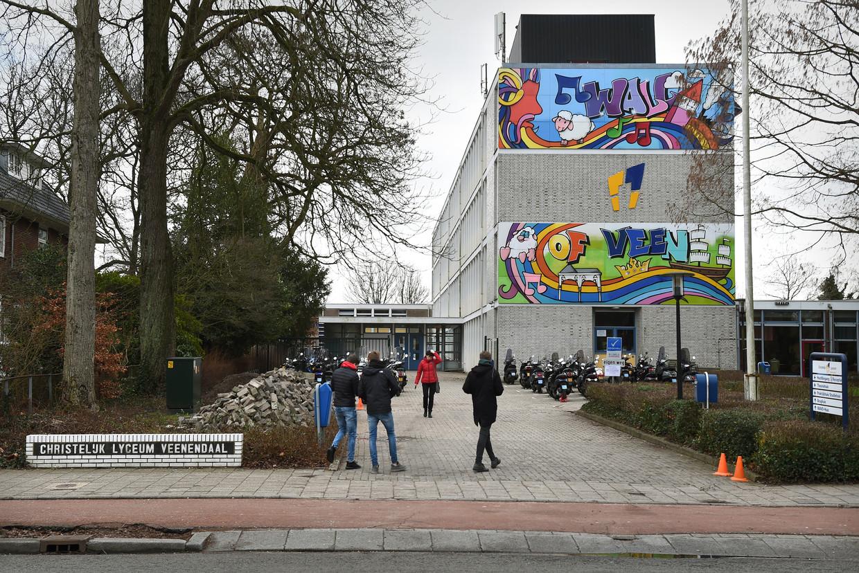 Een productiehuis had ten behoeve van een documentairereeks op RTL acterende ex-scholieren vermomd als nieuwe leerlingen op het Christelijk Lyceum Veenendaal.
