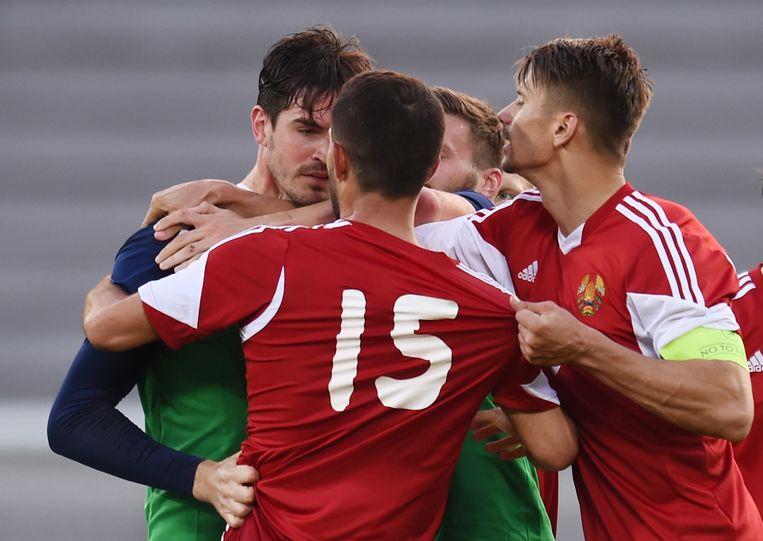 Lafferty (L) ruziet met speler van Wit-Rusland. Beeld reuters