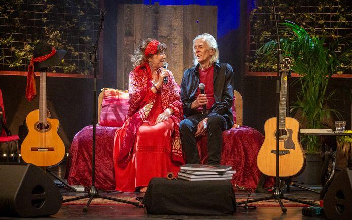 Elly en Rikkert tijdens het afscheidsconcert in theater Veluvine in Nunspeet, afgelopen vrijdagavond.