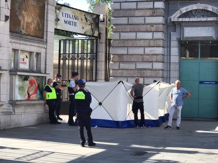 De politie plaatste schermen rond de vastgeketende actievoerders om de aandacht te onttrekken.