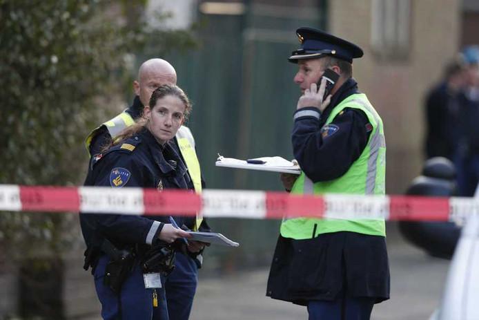 Politieagenten in de Fazantstraat in de Rotterdamse wijk Charlois, na de schietpartij met dodelijke afloop.
