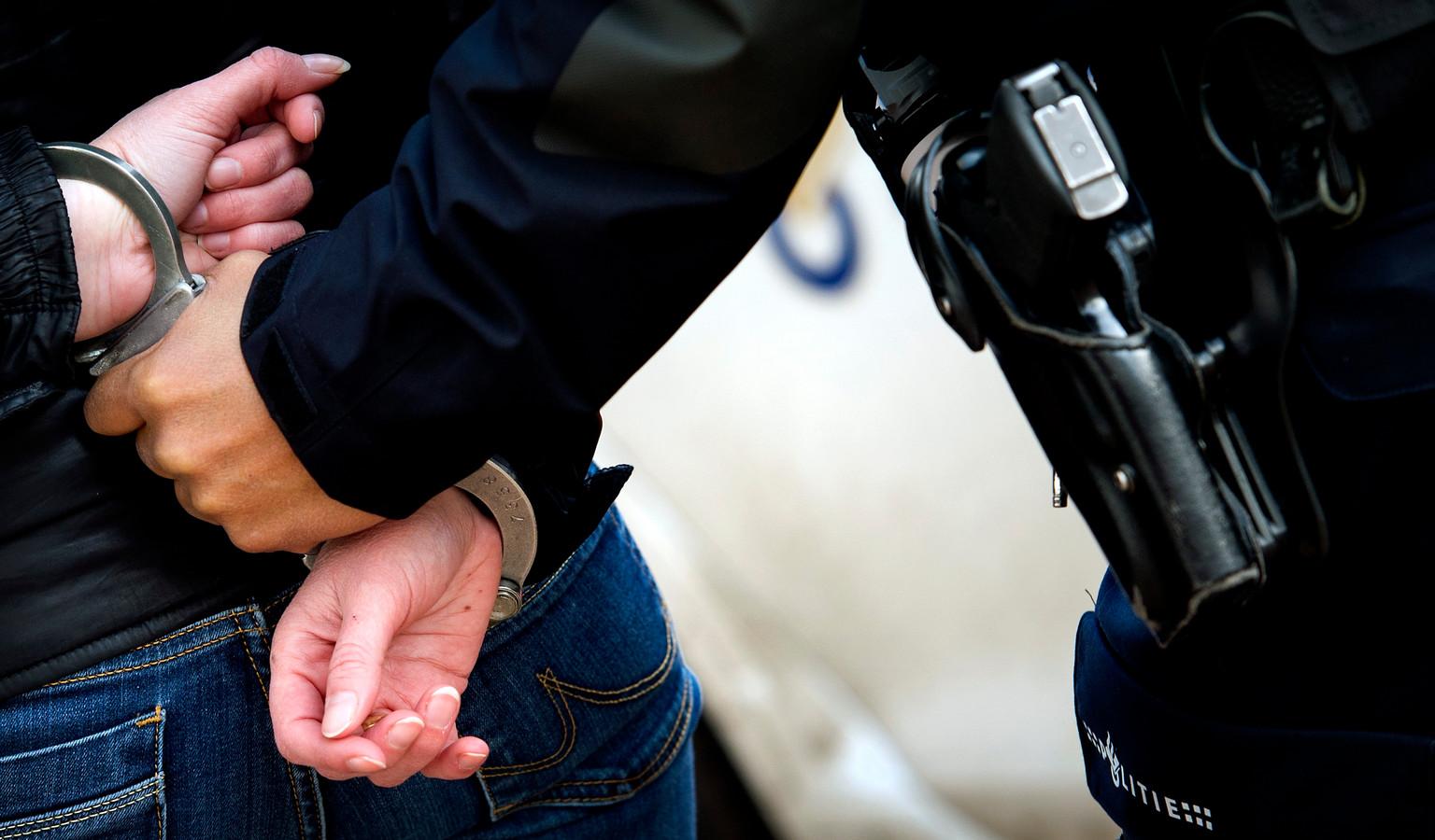In Doetinchem heeft een 19-jarige vrouw uit Zutphen bij haar aanhouding een agent in het gezicht gespuugd.