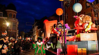 Sinterklaas en Zwarte Pieten zetten centrum op stelten: massa laaiend enthousiast