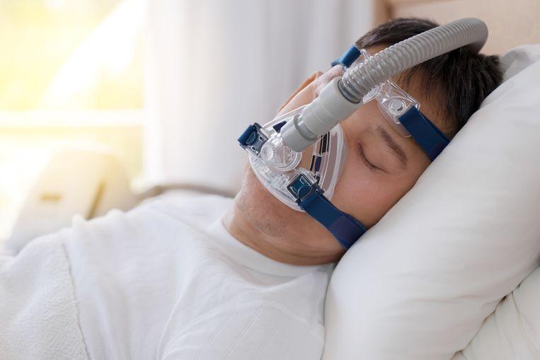 Illustratiebeeld. Patiënten met een slaapapneu hebben een CPAP-apparaat nodig, dat tijdens de slaap lucht in de luchtwegen blaast.