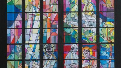 Nieuw kleurrijk glasraam in zijkapel Sint-Baafskathedraal