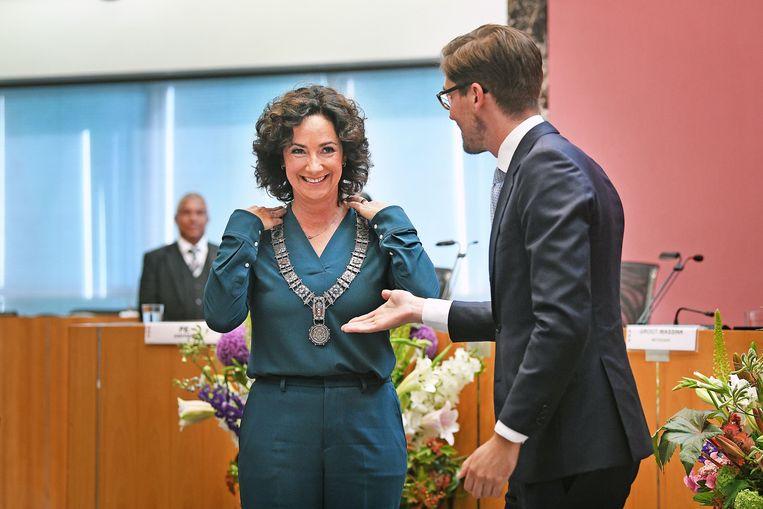 Femke Halsema lacht breed uit nadat zij de ambtsketen heeft omgehangen gekregen.  Beeld Guus Dubbelman / de Volkskrant