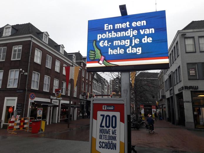 Voor 4 euro met een polsbandje naar openbare toiletten die de gemeente liet plaatsen tijdens carnaval.