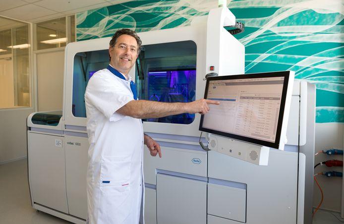 Arts-microbioloog Bram Diederen in het lab van Microvida in het Roosendaalse Bravis ziekenhuis. Het apparaat goed voor 1.500 corona-analyses per dag, een verdrievoudiging van wat tot op heden in het laboratorium mogelijk was.