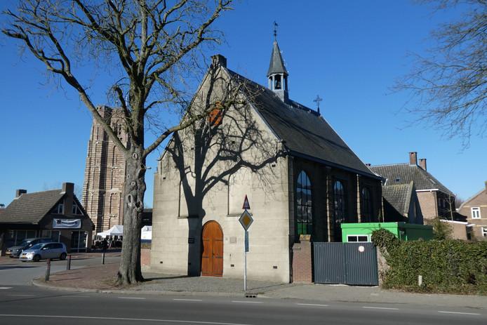 Het kerkje met rechts ernaast de groene container die als noodunit in gebruik is.