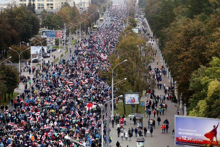 Ook afgelopen zondag gingen weer duizenden Belarussen de straat op. Het is al weken onrustig in het land.  Beeld Hollandse Hoogte / AFP