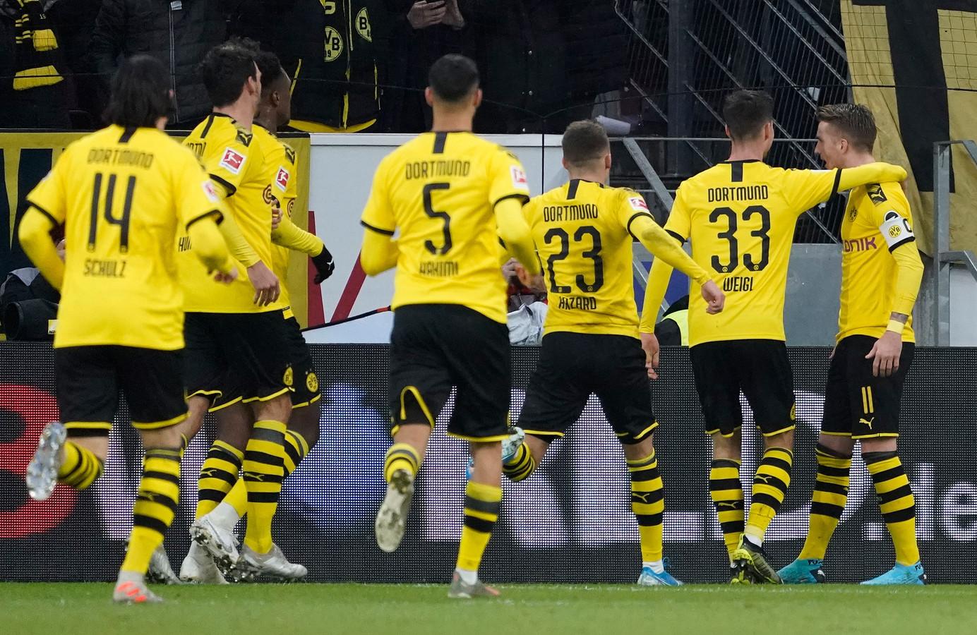 Doelpuntenmaker Marco Reus (r) is het middelpunt van de feestvreugde bij Borussia Dortmund.