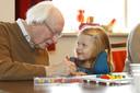 De Gelderse Nieuwsfoto van 2015 volgens de kinderjury én het publiek: Mare en 'opa' Hamers samen aan het kleuren.