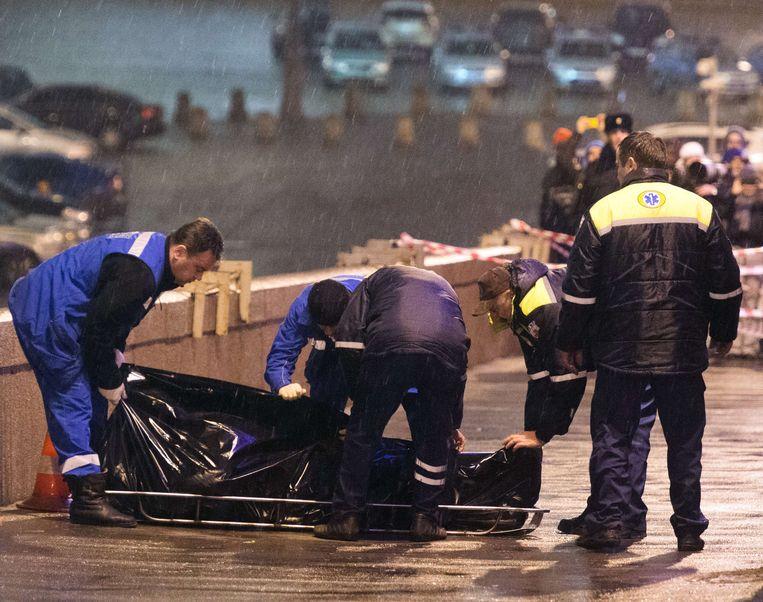 Nemtsovs lichaam wordt weggedragen.