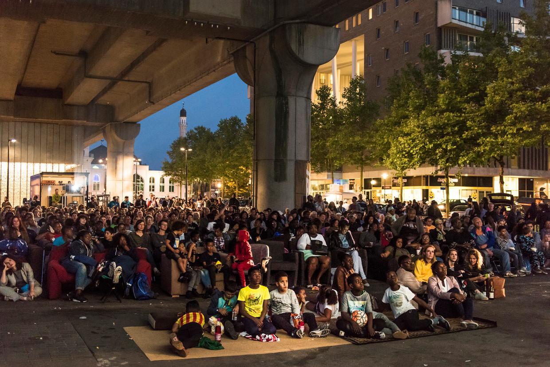 Publiek van de Bijlmerbios onder metrostation Kraaiennest.