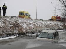 Auto te water langs A4, ter hoogte van Leidschendam