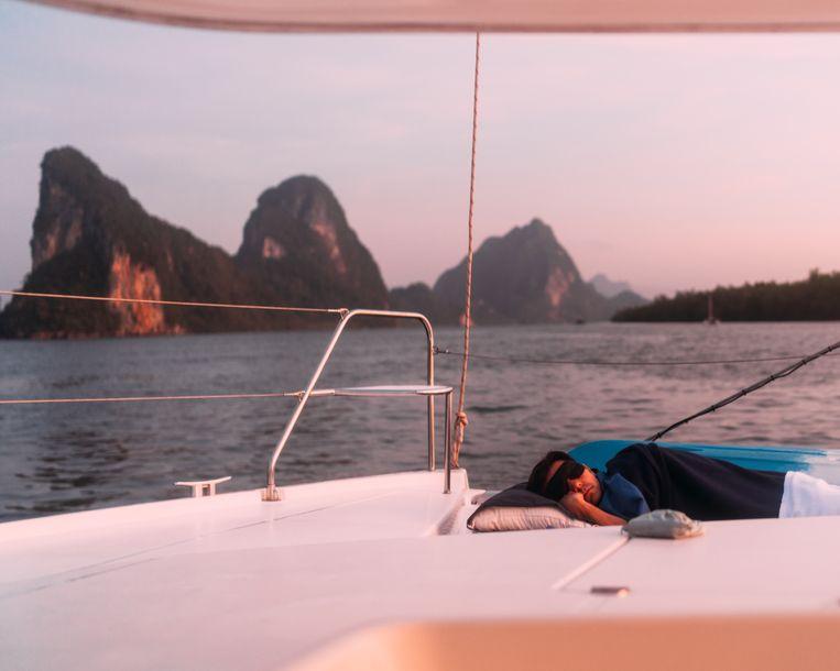 De verplichte foto van Noel die buiten op het dek slaapt.  Beeld Rebecca Fertinel