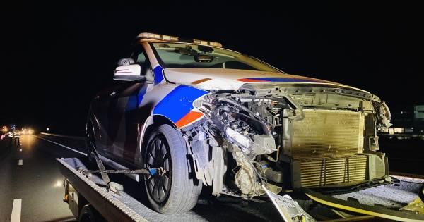 Politieauto total loss na aanrijding op snelweg bij Heijen.