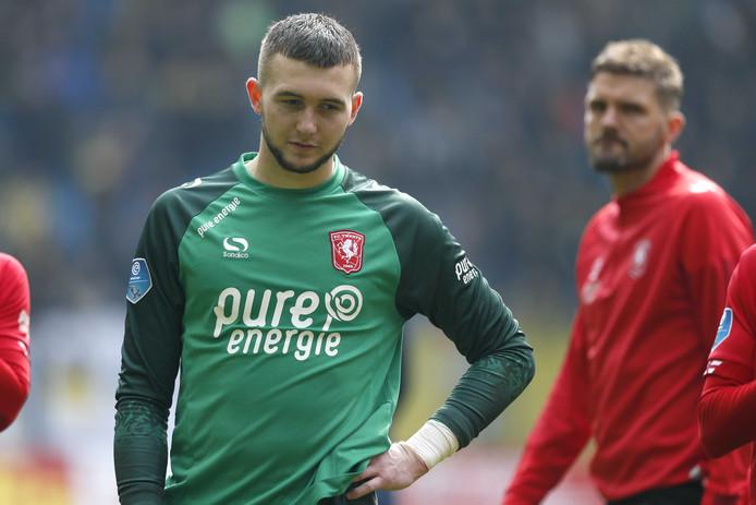Twente keeper Joel Drommel mag van de KNVB twee duels niet spelen, nadat hij de voorkeur gaf aan de club boven Jong Oranje.