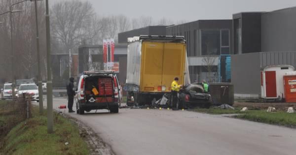Dode gevonden in uitgebrande Maserati na botsing met geparkeerde vrachtwagen.